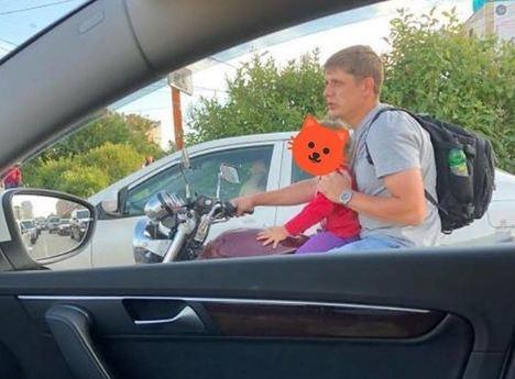 Молодой отец катал ребенка на мотоцикле без шлема и разгневал красноярцев