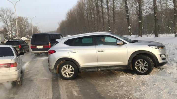 Два автомобиля выкинуло на обочину после столкновения на Старом шоссе