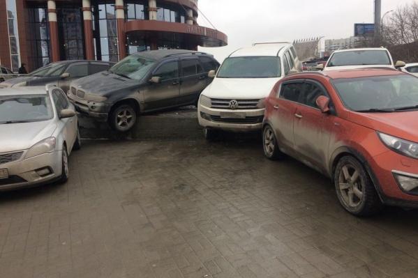 С парковки скатилось несколько автомобилей