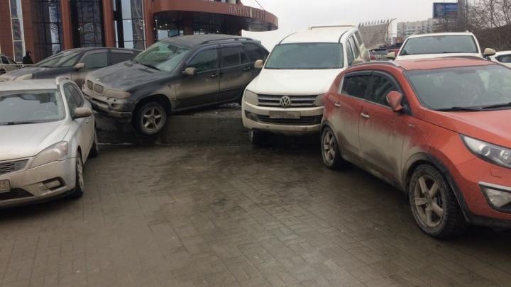 Видео: с парковки на Октябрьской магистрали упало две машины