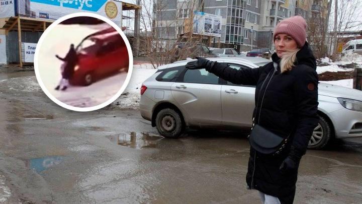 В Екатеринбурге девушка на Matiz жестоко избила маму с коляской и прокатила ее на капоте: видео