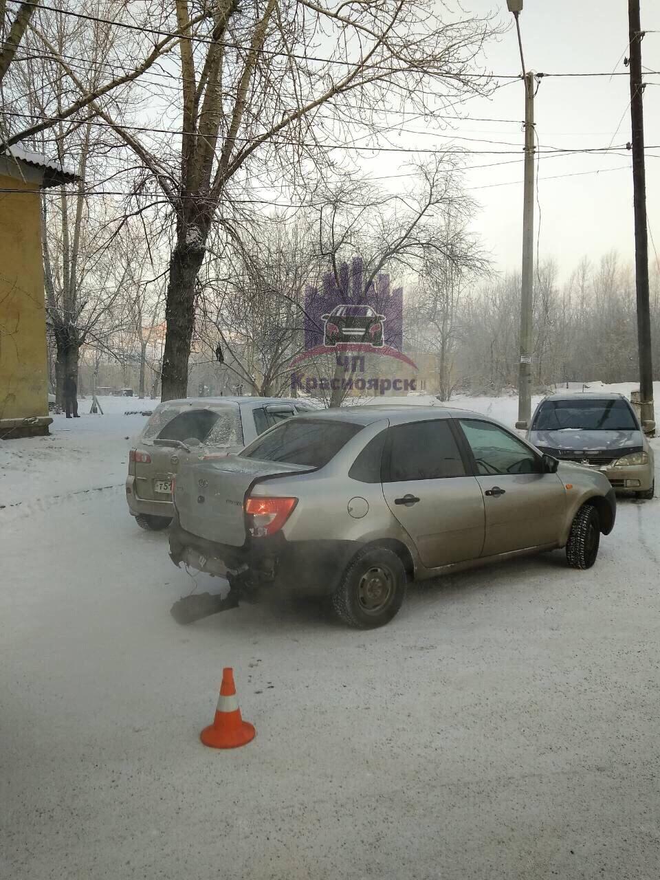 Перед тем как врезаться в дом, водитель протаранил «Ладу Гранту» полиции