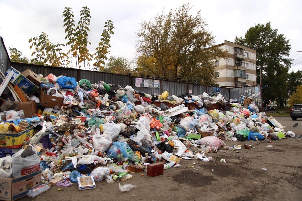 А это мусорка на Набережной, 1, которую с помпой почистили несколько дней назад в присутствии мэра и прокурора. Видимо, теперь жителям надо каждый день приглашать в гости чинов, раз убирают только при них