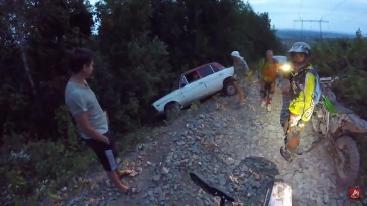 «Обливай бензином и поджигай»: байкеры пытались вытащить ВАЗ из кювета, но сделали только хуже