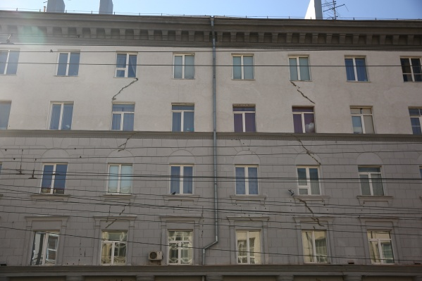 Трещины появились на фасаде дома на улице Советской, 35 на уровне от второго до пятого этажей. Второй адрес дома — Ленина, 8