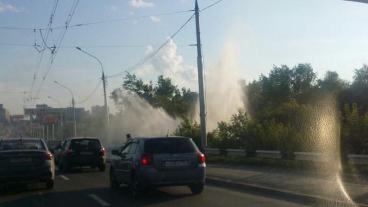 Душ в пробке: у Коммунального моста забил фонтан