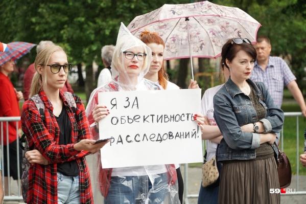 Участников акции не напугал ливень, который начался как раз во время пикета