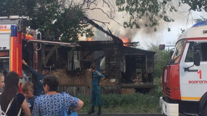 «Подожгли школьники»: в Волгограде сгорел заброшенный дом
