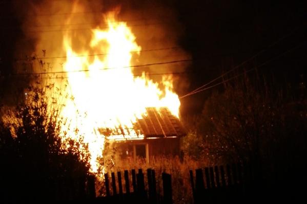 Пламя уничтожило небольшой дом