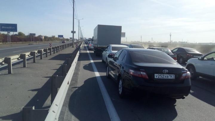 «По полям быстрее»: из-за ремонта и ДТП на въезде в Ростов образовалась огромная пробка