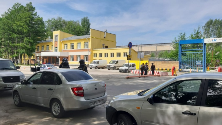 К заводу Чкалова пришли люди с автоматами