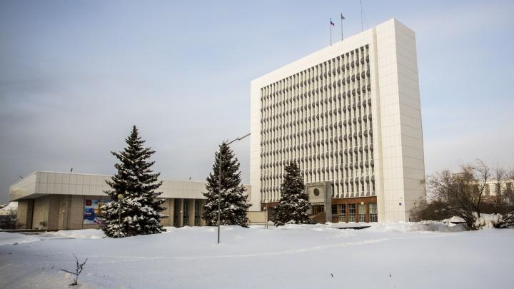В Новосибирске объявили о запрете парковаться у Заксобрания из-за уборки снега