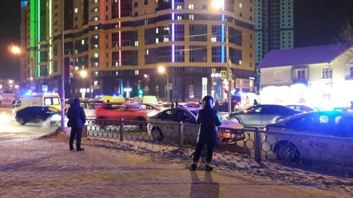 Пассажира увезли на скорой: на Начдива ВасильеваNissan протаранилMatiz, ехавший на зеленый