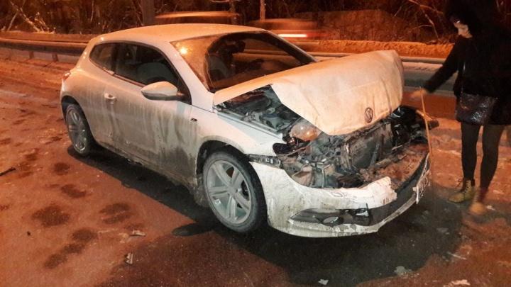 Водитель «Фольксвагена» отвлеклась от управления и устроила тройное ДТП на Старом шоссе