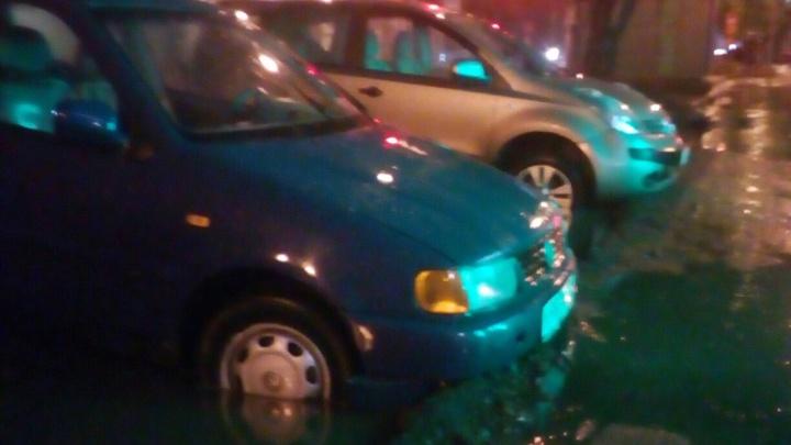 Во Фрунзенском районе Ярославля машины провалились в яму, оставленную дорожниками