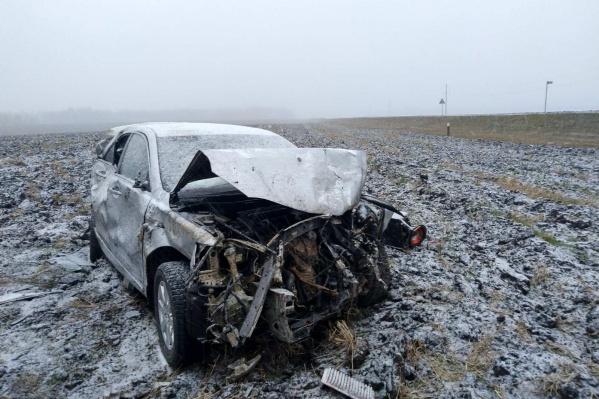 У Toyota разбит капот, вся машина помята