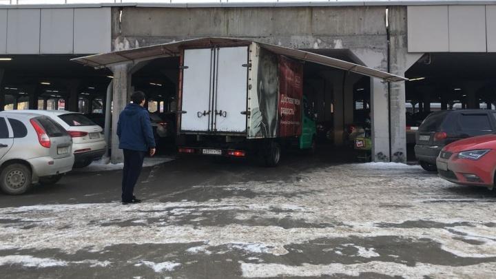 """Заехали называется: возле """"Карнавала"""" грузовик свалил себе на крышу большой кусок фасадной обшивки"""