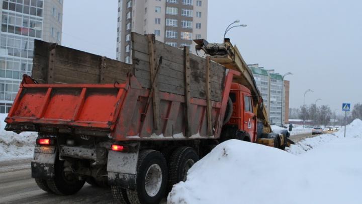 На смену морозу пришли обильные снегопады: из Кемерово снег вывозят круглосуточно (фото)