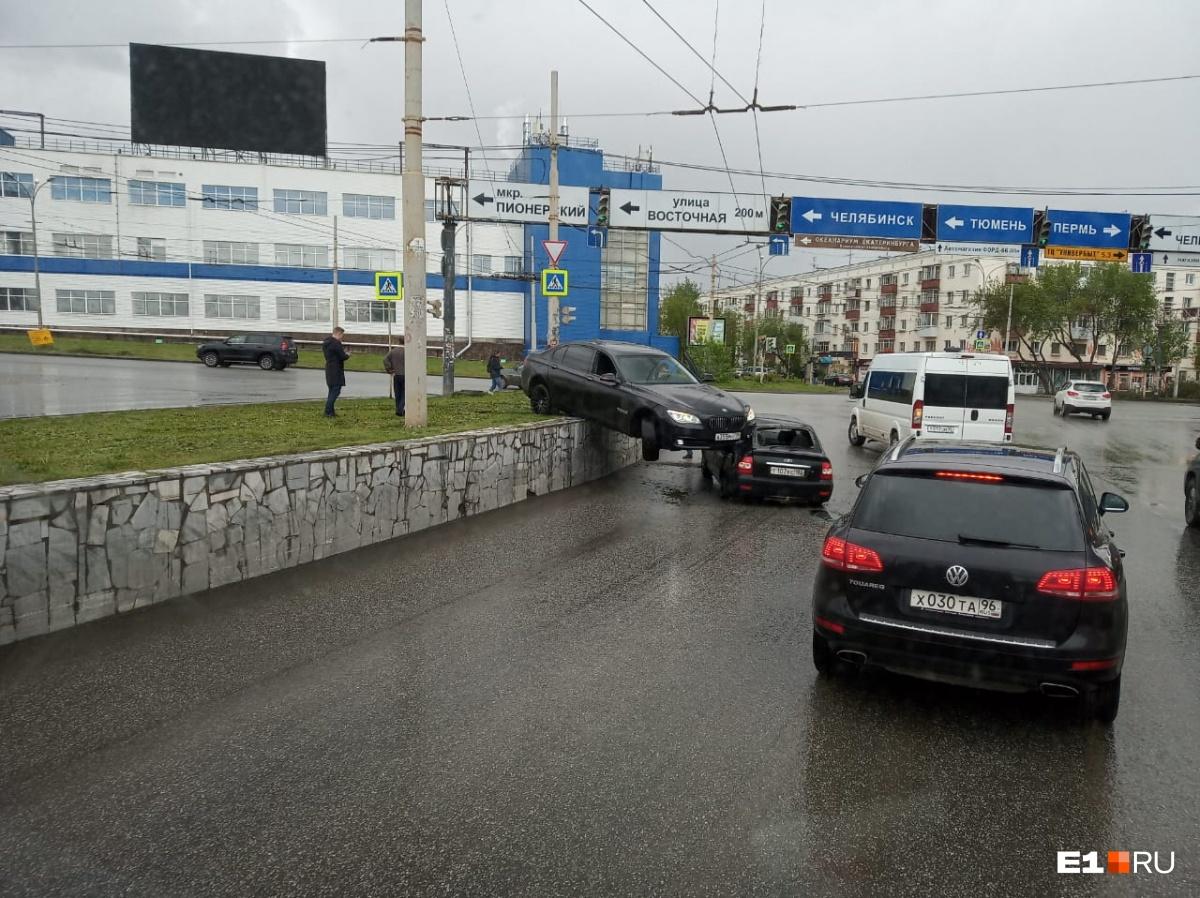 В Екатеринбурге BMW перелетел через газон и повис на крыше другой машины