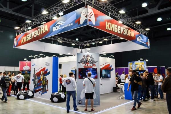 Посетители выставки смогли испытатьVR-шлем и Xbox One X
