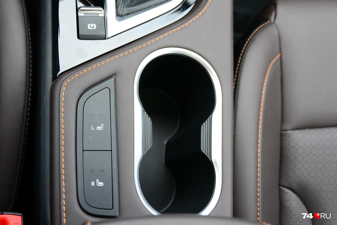 Крупные кнопки подогрева сидений расположены на центральном тоннеле