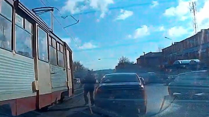 Дошёл до ручки: челябинец врубил аварийный выход в трамвае, проспав свою остановку