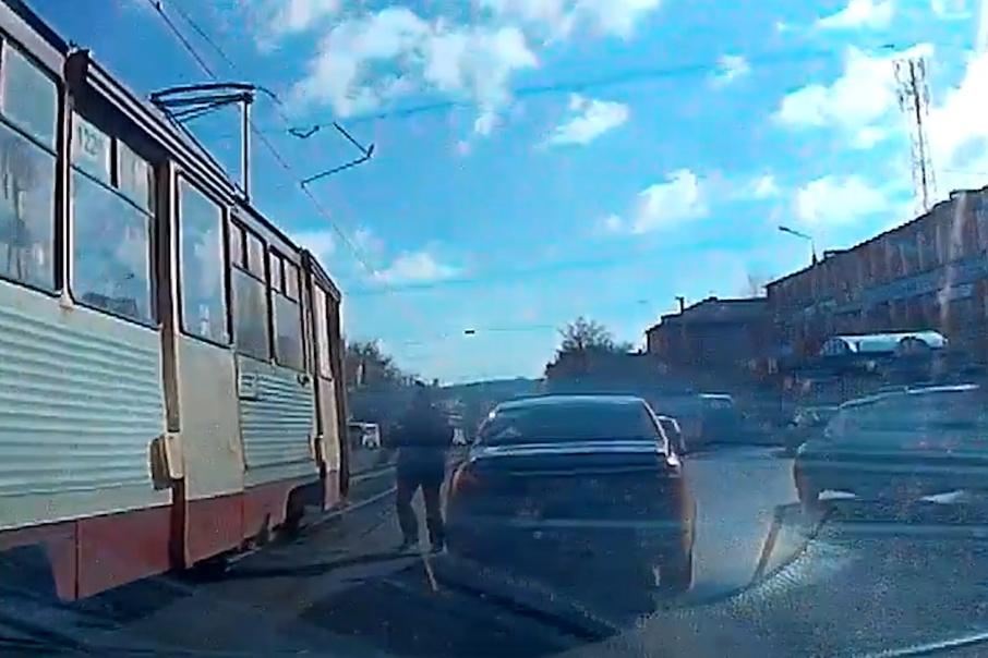 Мужчина едва не угодил под колёса автомобиля