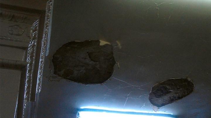 Житель Омска пожаловался в Москву на дыры в потолке в отделении Почты России