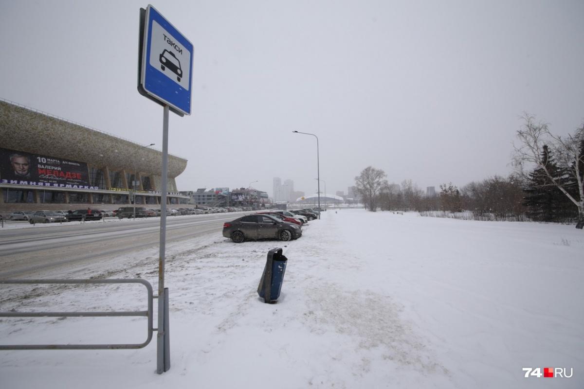 Неприметный знак в углу парковки разрешает эвакуацию любых машин, кроме официальных такси