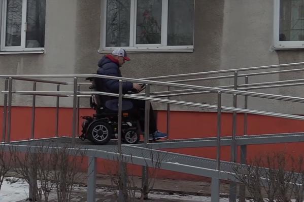 Раньше Олегу, чтобы выйти из дома, нужно было звать на помощь друзей. Теперь он может сделать это сам