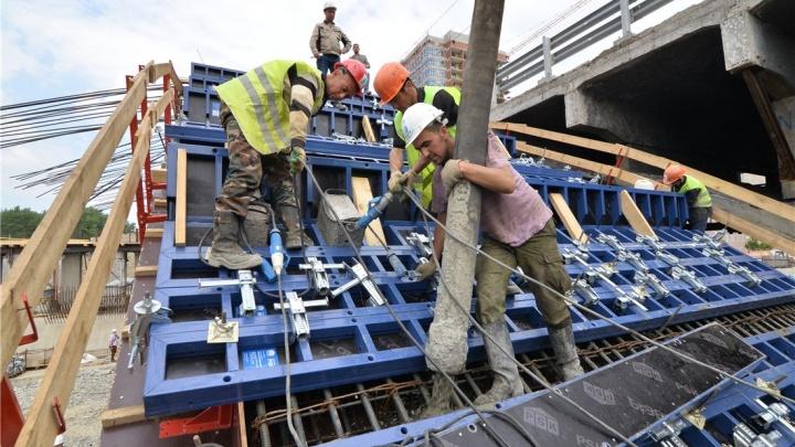 Рабочие начали бетонировать своды Макаровского моста