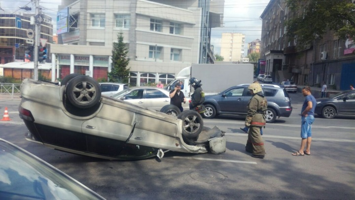 Ещё один перевёртыш: «Субару» легла на крышу после аварии в центре Новосибирска