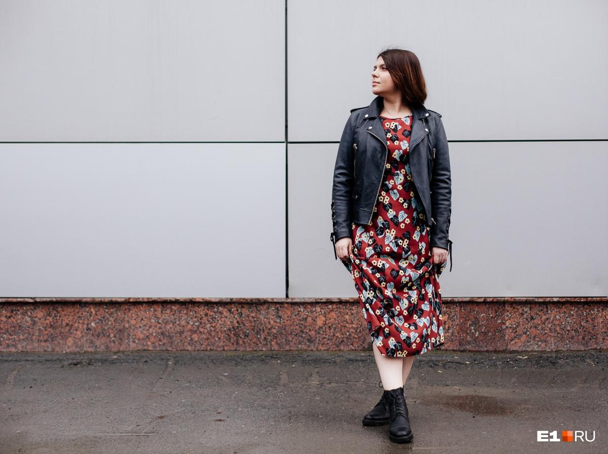 Платье в цветочек и косуху можно (и нужно) сочетать с грубыми ботинками