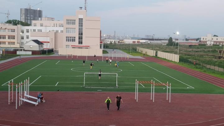 Футбольная лихорадка: жители Мичуринского убрали забор у «путинской» школы, чтобы играть по вечерам