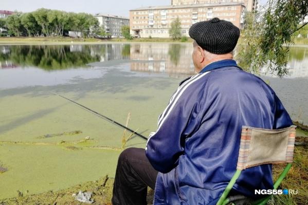 Пока подрядчики ищут время и рабочих, чтобы начать благоустройство, местным жителям остаётся лишь ждать у озера погоды