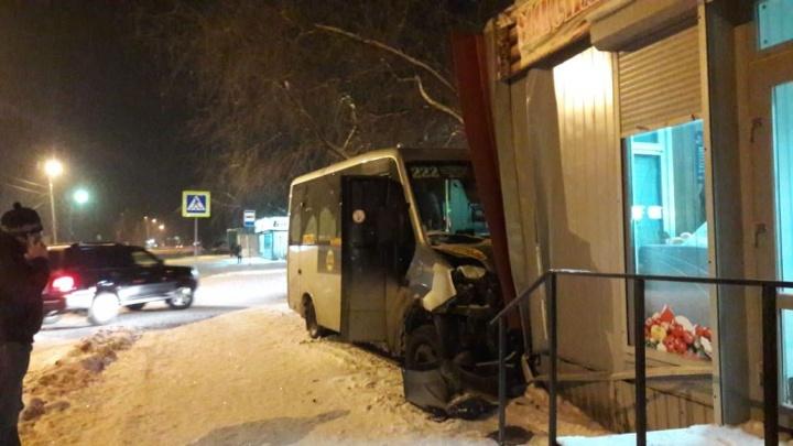В Омске маршрутка с пассажирами врезалась в киоск