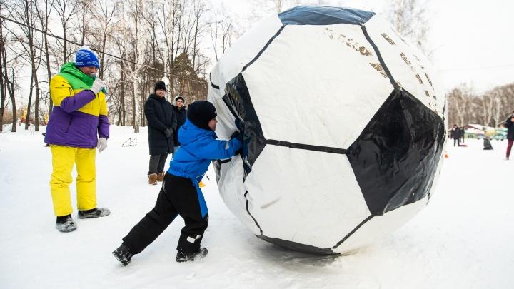 Играли в метлохоккей и толкали гигантский футбольный мяч: в ЦПКиО устроили «Февральские забавы»