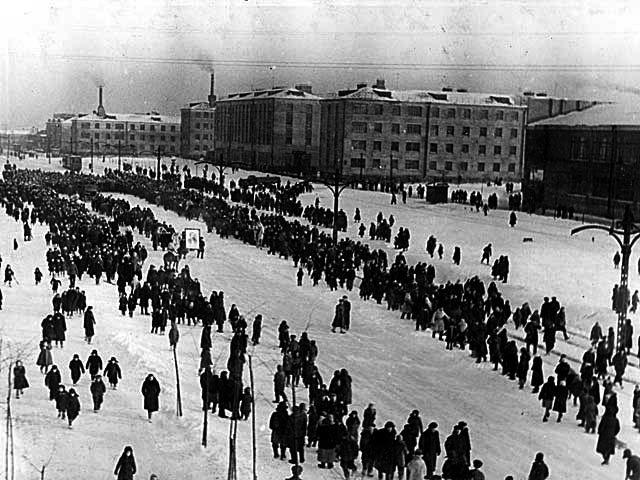 1948 год. Многотысячная процессия идет прощаться с ученым