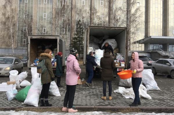 Сотни новосибирцев принесли на точки сбора мусор, который они сортировали дома