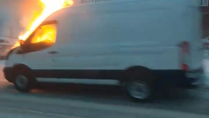 В Перми на улице Встречной после ДТП сгорел фургон. Видео