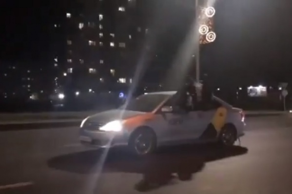Из окон вылезли сразу три пассажира и, пританцовывая, катались по Октябрьскому мосту на такси