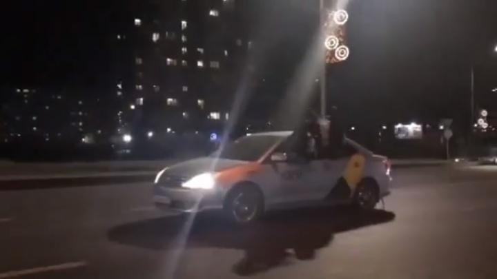 Пассажиры высунулись из окон такси и катались по Октябрьскому мосту