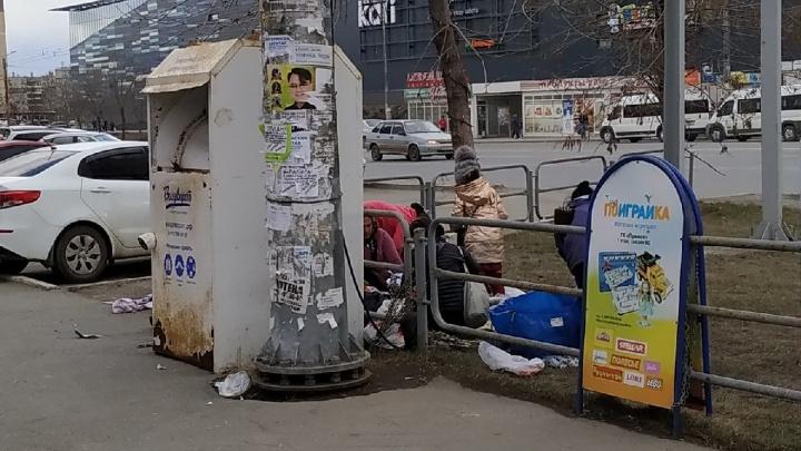 «Непробиваемые люди»: в Челябинске цыгане вытащили одежду для нуждающихся из киоска «Вещеворота»