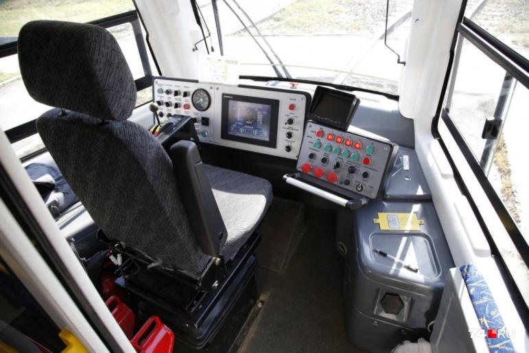 В кабине установлен бортовой компьютер, и управление сильно отличается от привычных вагонов