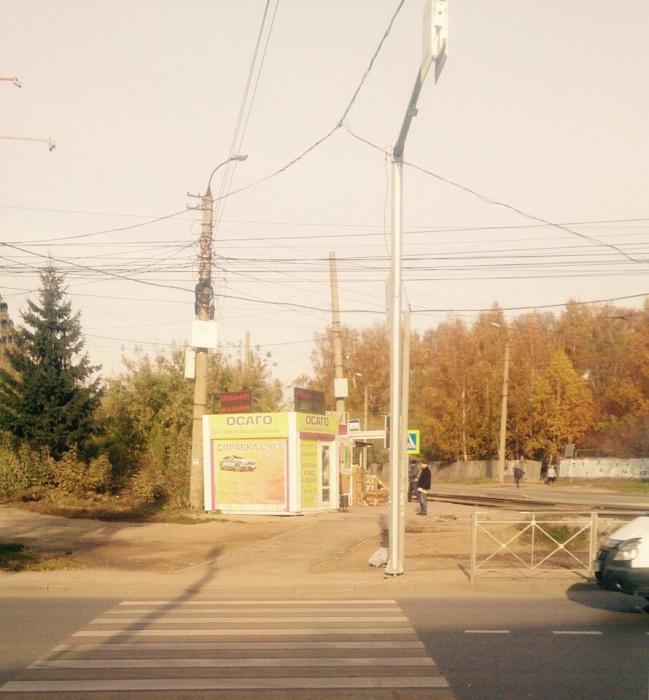 При переходе дороги табло светофора полностью загораживает консольная опора