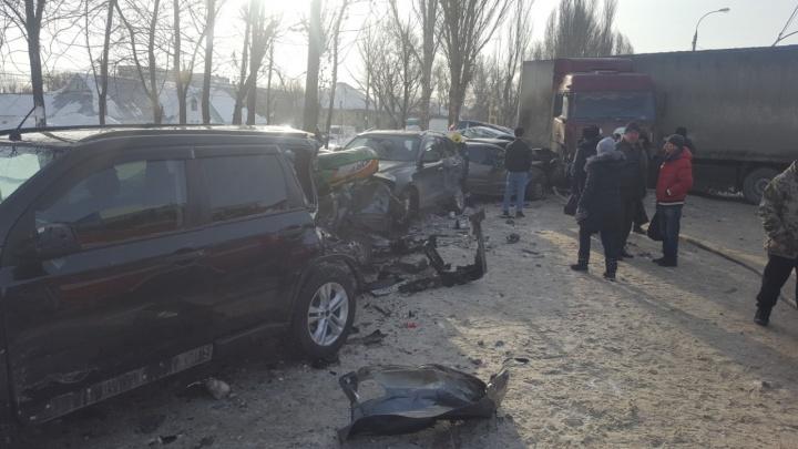В поселке Зубчаниновка фура протаранила 16 автомобилей