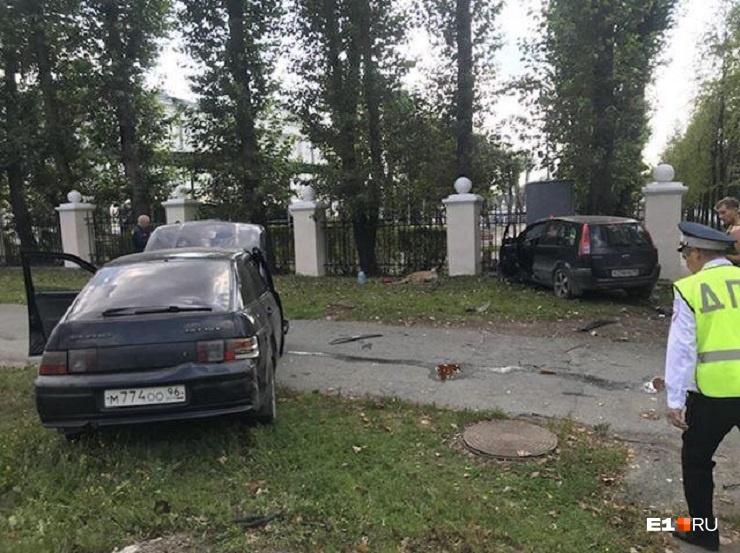 Во Втузгородке автомобили улетели на тротуар после ДТП, пострадали пассажир и собака
