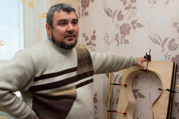 Николай Ткачук два года делает акустические гитары