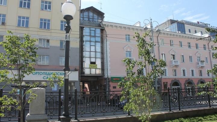 «Стеклянный скворечник» на проспекте Ленина: изучаем «домик из 90-х», зажатый между большими домами