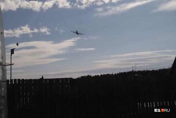 «Чуть крышу дома не снесли»: над Екатеринбургом низко пролетели три Ил-76